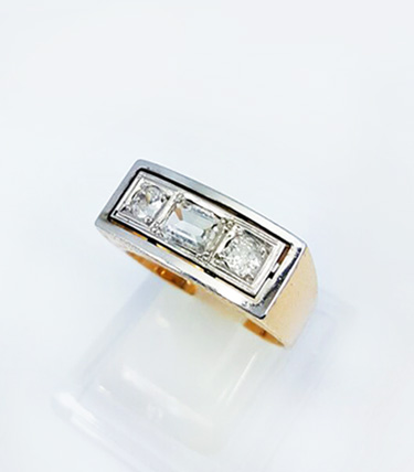 ORO AMARILLO 18K - Frente Platino – Diamante central talla Esmeralda – Talla brillante